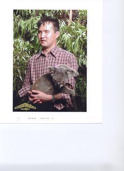 写真:Dreamがコアラをだっこしている
